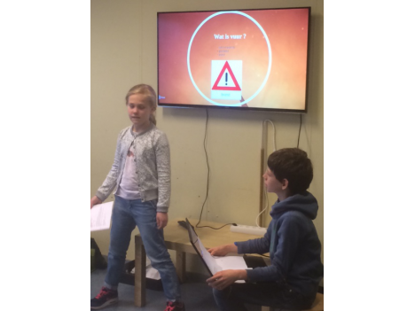 Julia en Jelle presenteren hun powerpoint over vuur